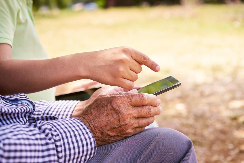 ACCESSIBILITE : REGLEZ LE SMARTPHONE D'UNE PERSONNE AGEE