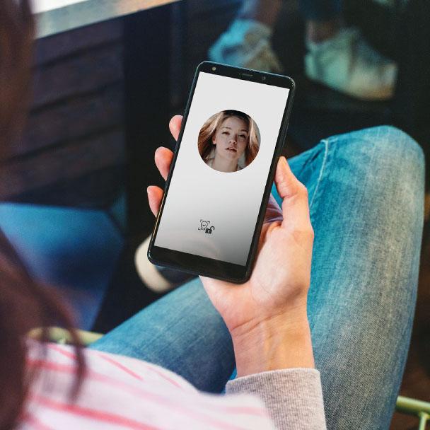 mulheres a desbloquear o telefone via desbloqueio facial