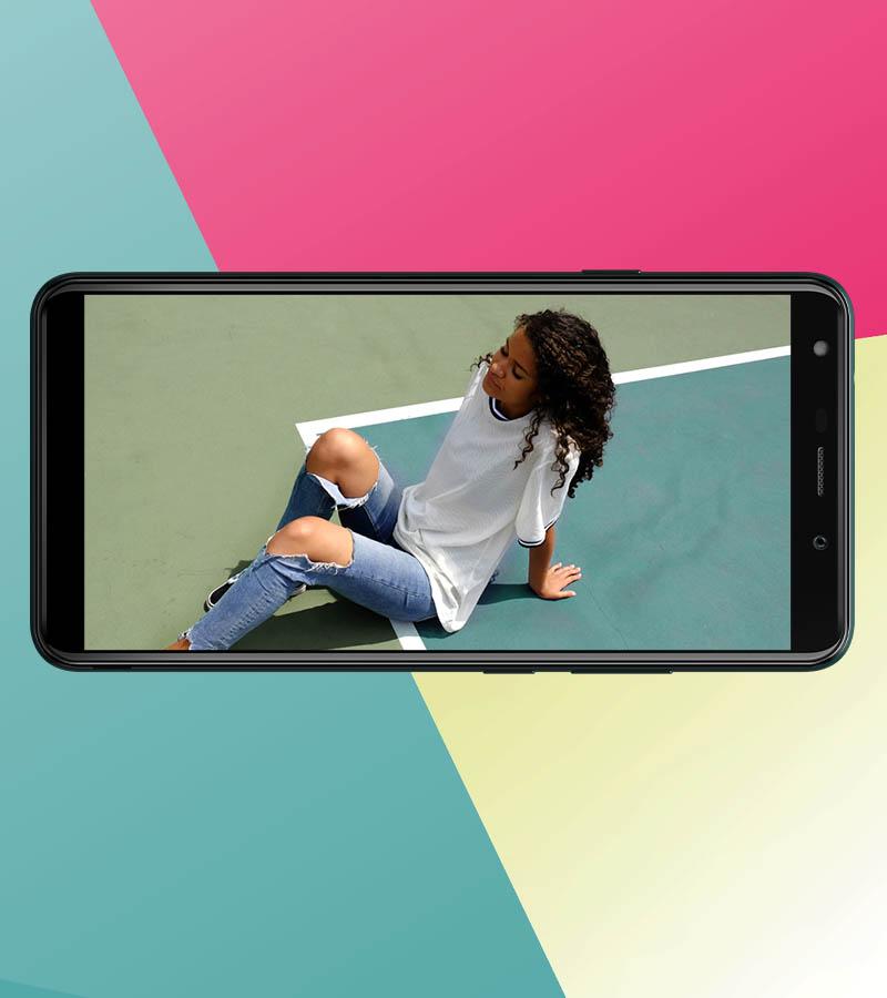 imagens de uma mulher deitada numa quadra de ténis num smartphone
