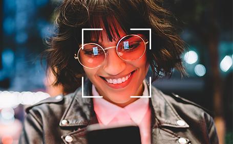Mulher a usar a função de desbloqueio facial do seu smartphone Y62