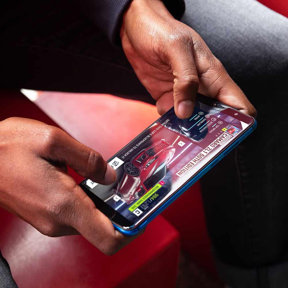 Homens a jogar com o smartphone Y80