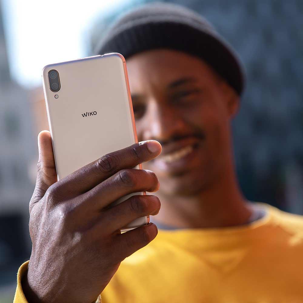 Homens a segurar um smartphone Y80